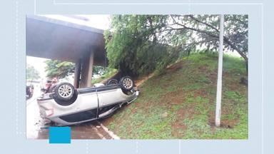 Carro bate em poste e capota - Acidente foi em viaduto do Lago Sul. Motorista foi socorrido pelo Corpo de Bombeiros e levado para o Instituto Hospital de Base desorientado e com ferimentos na cabeça. Imagem desta sexta-feira.