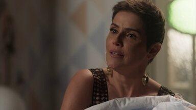 Karola provoca Luzia e pega Miguel no colo - A DJ fica aflita ao ver a empresária com o bebê nos braços. Karola relembra o dia em que roubou Valentim de Luzia