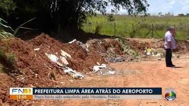 Após reportagem do G1 e cobrança do MP, Prefeitura limpa área no entorno do aeroporto - Local, que acumula lixo e entulho, representa risco à segurança área de Presidente Prudente por causa da presença constante de urubus.