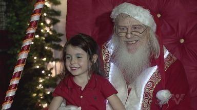 Mais um Papai Noel chega a Santos - Papai Noel chegou a centro comercial da cidade e emocionou pais e filhos.