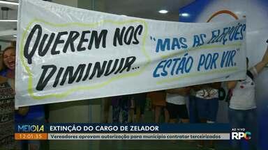 Zeladoras protestam após vereadores aprovarem extinção do cargo por concurso público - Município fez projeto de lei para terceirizar a função de zelador e serviços gerais.