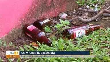 Moradores reclamam de som alto, urina e garrafas de bebidas jogadas na rua em Taquaralto - Moradores reclamam de som alto, urina e garrafas de bebidas jogadas na rua em Taquaralto