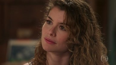 Isabel disfarça pra Cris seu interesse no diário - Ela conta que estava presente quando a Margot e o Vicente encontraram o diário.