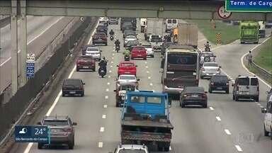2,8 milhões de veículos devem deixar São Paulo a partir de quarta-feira - Sequência de dois feriados prolongados deve aumentar tráfego em rodovias federais em até cinco vezes.