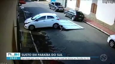 Derrubado por carro, portão atinge casal de idosos em Paraíba do Sul - Eles caminhavam pela Rua Visconde da Paraíba, no Centro, quando o acidente aconteceu.