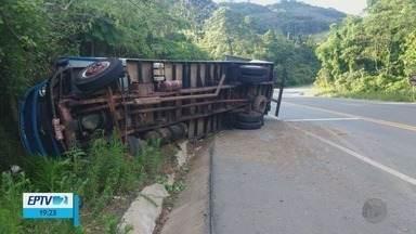 Caminhão carregado com portas e janelas tomba na BR-459, em Ipuiuna (MG) - Caminhão carregado com portas e janelas tomba na BR-459, em Ipuiuna (MG)