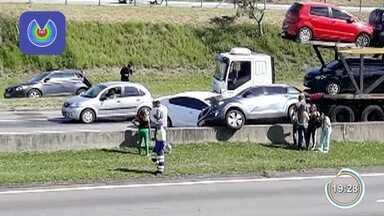Acidente entre três carros e caminhão provocou lentidão na Dutra em São José - Caso foi registrado na manhã desta segunda (12).