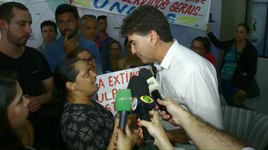 Zeladoras protestam na prefeitura de Cascavel - Em dia tenso, categoria exigiu retirada de projeto aprovado em primeira discussão na Câmara que prevê a extinção do cargo pra terceirizar o serviço.