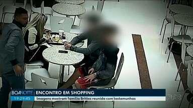 Imagens mostram família Brittes reunida com testemunhas da morte de Daniel - O encontro foi em um shopping de São José dos Pinhais, dois dias depois da morte do jogador.