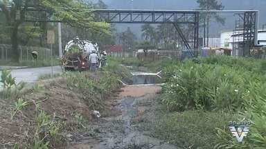 Vazamento de óleo diesel contamina córrego e provoca a morte de peixes - Acidente é acompanhado pela Cetesb.