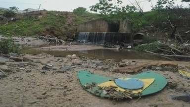 """Poluição dos córregos de Bauru preocupa moradores - Os córregos que cortam a cidade de Bauru não recebem mais o esgoto """"in-natura"""". Em compensação, recebem outras coisas que não deveriam nem sequer passar perto deles."""