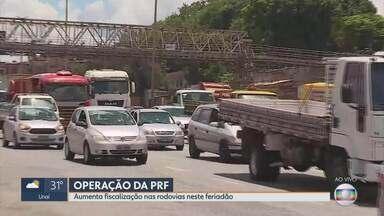 Polícia Rodoviária Federal faz operação preventiva em rodovias de MG durante feriado - O movimento das estradas começa a ficar intenso já nesta quarta-feira, véspera do Dia da Proclamação da República. Cerca de 800 policiais reforçam a segurança nas estradas.