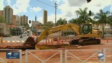 Obras de troca da rede de esgoto na Jerônimo Gonçalves continuam no feriado - Transerp interditou um acesso entre o centro e a Vila Tibério.