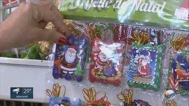 Lojistas têm opções de enfeites de natal para todos os gostos e bolsos - Consumidor busca preços mais baratos para preparar a casa para as festas.