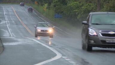 Polícia Rodoviária Estadual fiscaliza pontos da BR-265, em Barbacena - Ação conferiu documentos, condições do veículo e teste do bafômetro.