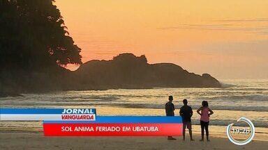 Com sol intenso, turistas lotam praias no litoral norte - Em Ubatuba teve gente disputando espaço na areia.