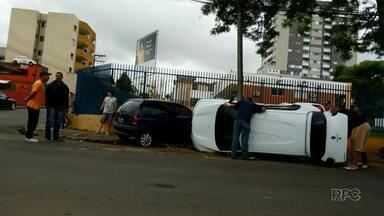Seis pessoas ficaram feridas em acidente no centro de Guarapuava - A batida foi entre dois carros e um deles tombou.