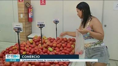 Cachoeirenses aproveitam feriado para ir às compras, no ES - Supermercados ficaram movimentados.