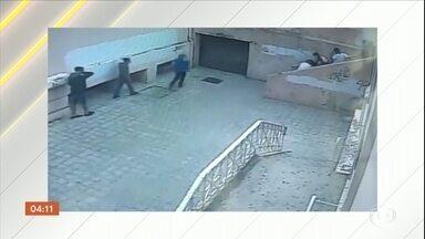 Rapaz de 17 anos é agredido por estudantes dentro de uma escola em Belo Horizonte - Segundo a família, ele está internado e o estado de saúde é gravíssimo.