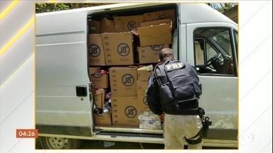 PRF recupera grande quantidade de carga roubada em depósito na BR-101 no RJ - No local, as equipes encontraram o motorista, que era mantido refém. Eles recuperaram mais de dois mil pacotes de cigarros, além de garrafas de bebida e outros produtos, que segundo polícia, também tinham sido roubados.