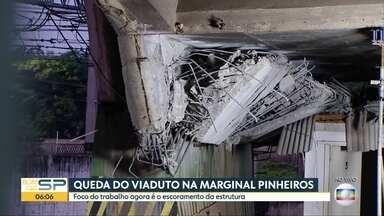 A situação no local da queda do viaduto da Marginal Pinheiros um dia depois do acidente - Durante a madrgada, três funcionários trabalharam para escorar a estrutura