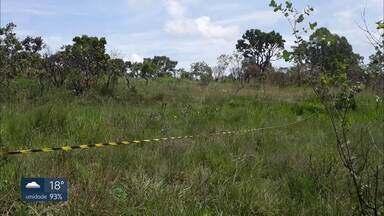 Grupo tenta invadir área em Riacho Fundo II - A Polícia Militar Ambiental flagrou 60 pessoas tentando invadir um terreno, que fica perto do Centro Olímpico da cidade. Elas já tinham derrubado árvores e dividindo a área em lotes.