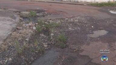 Moradores reclamam de buracos em bairro de Birigui - Moradores de Birigui (SP) reclamam das ruas do bairro Colinas, que estão cheias de buracos. Em nota, a prefeitura informou que as obras de recapeamento devem ser concluídas até fevereiro.