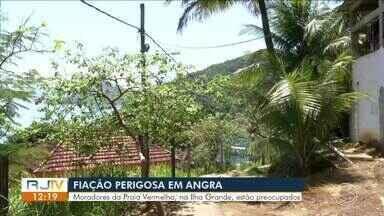 Fios expostos da rede elétrica preocupam moradores da Praia Vermelha, na Ilha Grande - Alguns postes já caíram, o que aumenta a chance de acidentes.