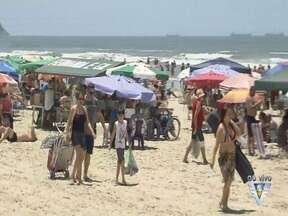 Turistas aproveitam praias da região durante o feriado - Dias devem ser ensolarados, mas tempo deve mudar no domingo (18).