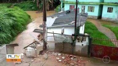 Parte de uma casa desaba e ruas ficam alagadas em Duas Barras, no RJ - Assista a seguir.