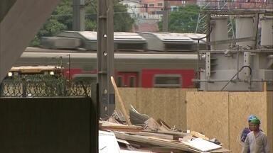 Circulação de trens que passam debaixo do viaduto que cedeu em São Paulo é liberada - Um trecho de vinte quilômetros da Marginal Pinheiros, uma das principais vias expressas de São Paulo, vai continuar interditado.