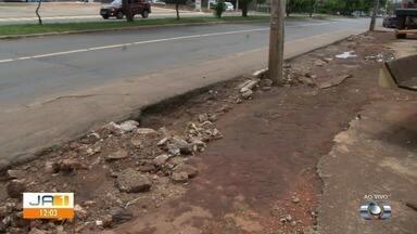 Moradores reclamam de calçada destruída após chuvas, na Avenida Castelo Branco, em Goiânia - Flasklink percorreu via ao vivo durante o JA1.