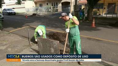 Bueiros são usados como depósitos de lixo em Maringá - Secretaria de Serviços Públicos já desentupiu quase 3 mil bueiros só este ano