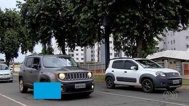 Motoristas reclamam de radares escondidos no trânsito de Goiânia - Alguns deles ficam encobertos por postes ou árvores.
