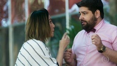 Betina fica desesperada após ver Emílio sendo picado por cobra - Ela manda que Igor fique de olho em tudo e dê notícias sobre situação de Emílio