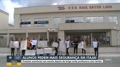Alunos protestam por segurança em escola depois de professora ser ferida em Itajaí - Alunos protestam por segurança em escola depois de professora ser ferida em Itajaí
