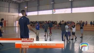 Jogadores do Vôlei Taubaté visitam escola para incentivar alunos da rede municipal - Objetivo é incentivar crianças a praticarem esportes.