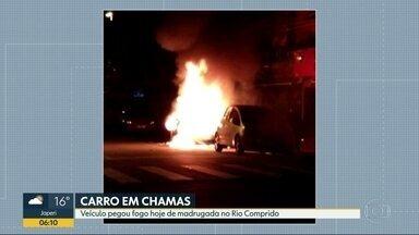 Carro pega fogo no Rio Comprido - Foi na Rua Aristides Lobo. Ainda não se sabe a causa do incêndio.