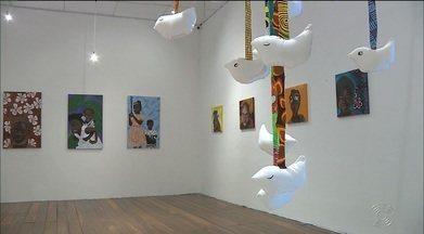 Exposição aberta em João Pessoa traz desenhos feitos na África - Artistas se inspiraram na realidade dos moradores de Guiné Bissau para fazer as pinturas.
