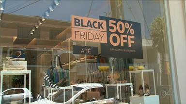 Nem a chuva impediu moradores de aproveitarem as promoções da Black Friday - Procon alerta consumidor pesquisar bastante pra não cair em cilada.
