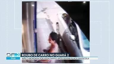 Mãe é abordada por assaltantes após deixar filhos em escola no Guará - Câmera de segurança registra roubo de carro na porta de uma escola infantil na QE 13. Após deixar os filhos e voltar para o carro, a mãe é surpreendida por três assaltantes. Eles tomam o carro dela e fogem.