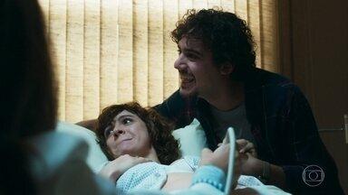 Pedro e Taís descobrem o sexo do bebê - Eles ficam emocionados ao saber que serão pais de uma menina