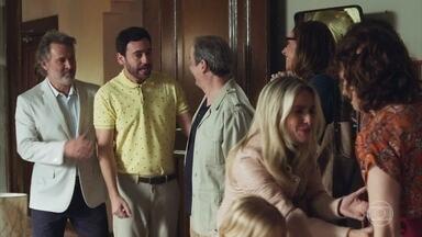 Pedro e Taís são surpreendidos pelos familiares - Eles celebram a chegada de mais um membro na família e levam um monte de presentes