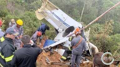 Seis corpos são resgatados em escombros após queda de helicóptero em Campos do Jordão - Acidente aéreo aconteceu no sábado (24) e nenhum dos seis ocupantes da aeronave sobreviveu.