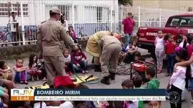 Projeto 'Bombeiro Mirim' é realizado em escolas municipais de Angra - Objetivo é resgatar crianças e adolescentes que estavam afastados do ambiente escolar.