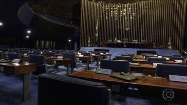 Parlamentares tentam colocar em votação projeto que atenua penas - Parlamentares de partidos investigados na Lava Jato tentam colocar em votação um projeto que atenua a execução de penas de diversos crimes, entre eles a corrupção.
