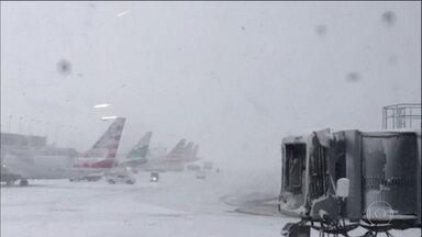 Nevascas provocam caos nos Estados Unidos - Nos aeroportos, quase 2 mil voos foram cancelados, e o mau tempo no meio-oeste fez 4 estados americanos cancelaram as aulas.