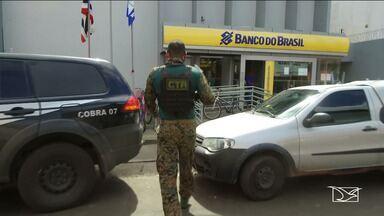 Após assalto, policiais realizam segurança em Bacabal - Eles estão em busca de parte do dinheiro levado por assaltantes e o que acabou caindo pela ruas da cidade.