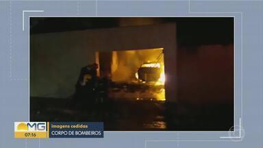 Incêndio atinge garagem de casa na Região de Venda Nova, em BH - Corpo de Bombeiros foi chamado por vizinho depois que ele ouviu explosões.