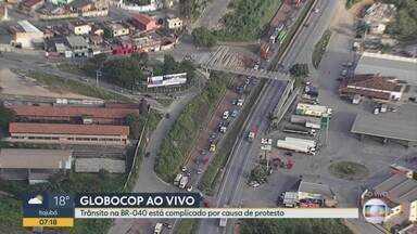 Manifestação deixa trânsito lento na BR-040, em Ribeirão das Neves - Segundo PRF, rodovia chegou a ficar interditada no início da manhã.